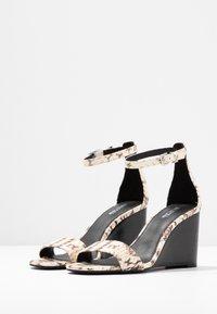 MICHAEL Michael Kors - FIONA WEDGE - Korolliset sandaalit - natural - 4