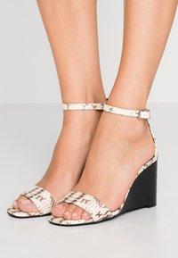 MICHAEL Michael Kors - FIONA WEDGE - Korolliset sandaalit - natural - 0