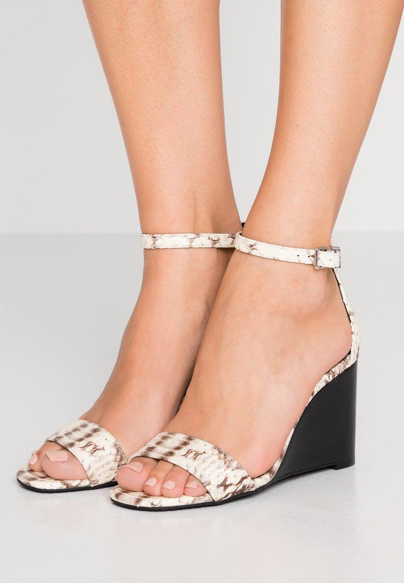 MICHAEL Michael Kors - FIONA WEDGE - Sandály na vysokém podpatku - natural