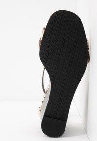MICHAEL Michael Kors - FIONA WEDGE - Korolliset sandaalit - natural - 6