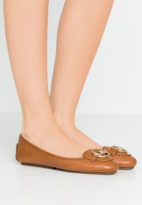 MICHAEL Michael Kors - LILLIE  - Baleriny - brown - 0