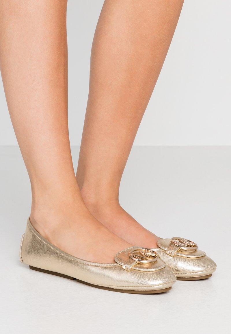 MICHAEL Michael Kors - LILLIE MOC - Klassischer  Ballerina - pale gold
