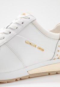 MICHAEL Michael Kors - ALLIE WRAP TRAINER - Joggesko - optic white/platin gold - 2