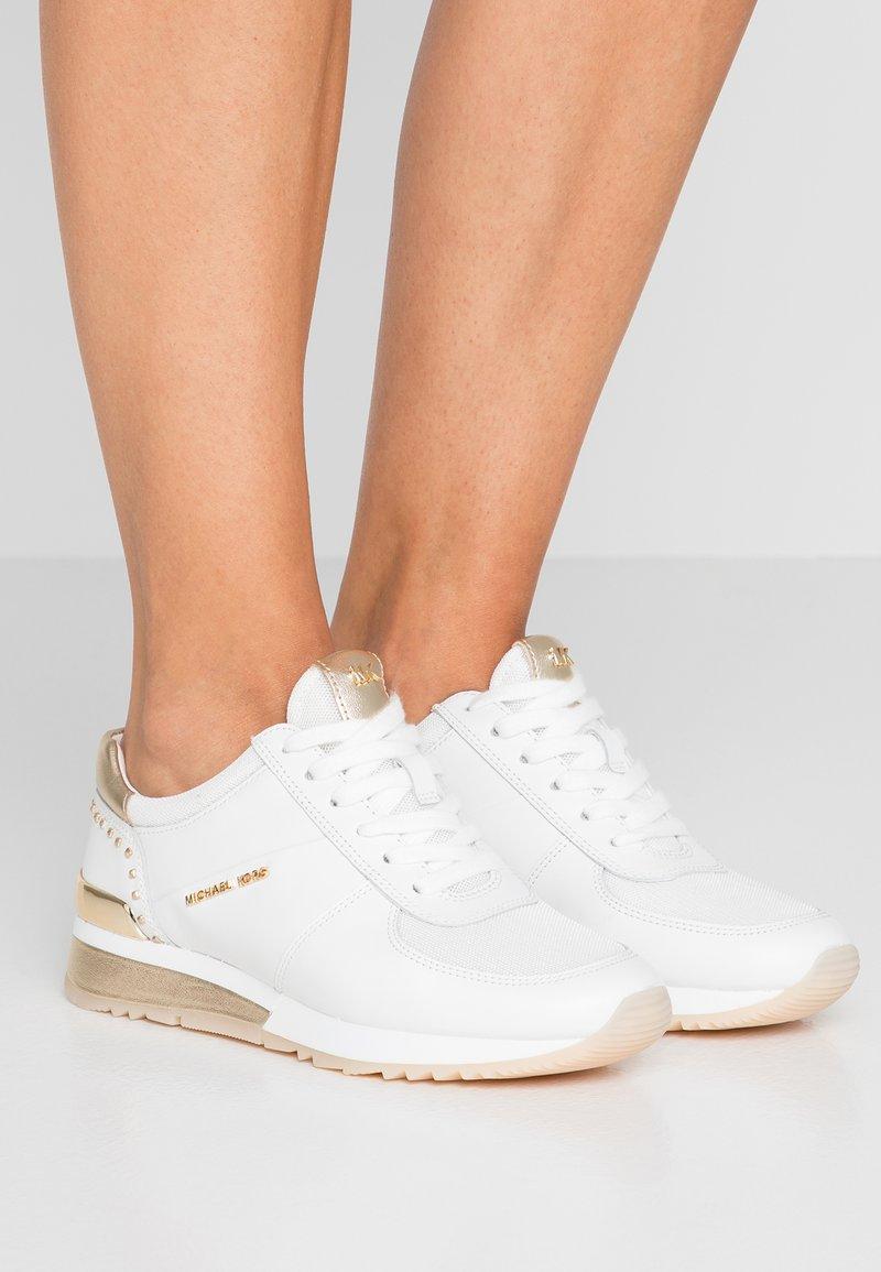 MICHAEL Michael Kors - ALLIE WRAP TRAINER - Sneakers laag - optic white/platin gold