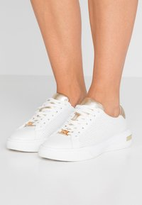 MICHAEL Michael Kors - CODIE LACE UP - Sneakers basse - optic white/platinum gold - 0