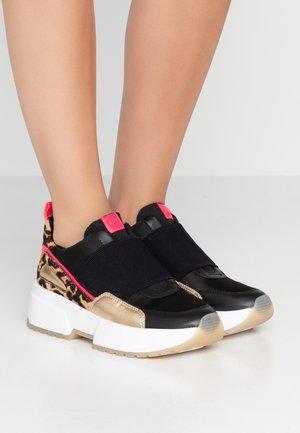 COSMO - Nazouvací boty - black