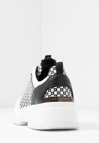 MICHAEL Michael Kors - COSMO TRAINER - Zapatillas - black/optic white - 5