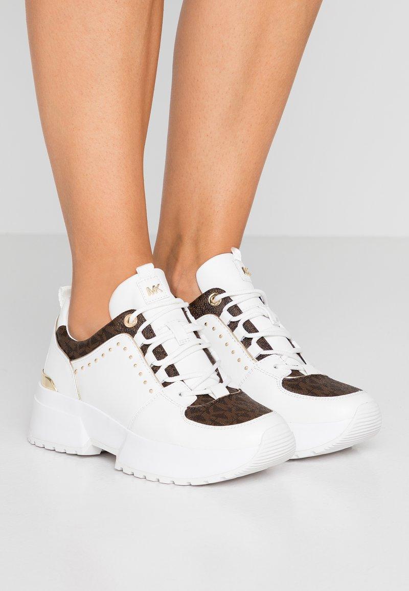 MICHAEL Michael Kors - COSMO TRAINER - Sneaker low - optic white/brown