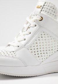 MICHAEL Michael Kors - GEORGIE TRAINER - Sneakersy niskie - optic white - 2
