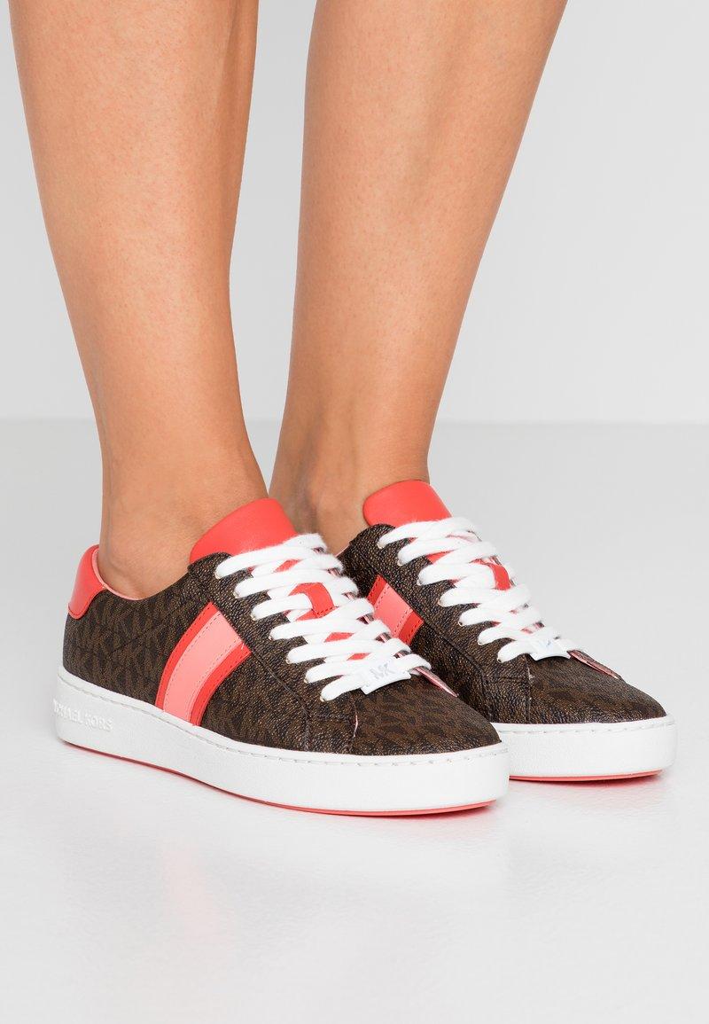 MICHAEL Michael Kors - IRVING STRIPE LACE UP - Sneaker low - brown