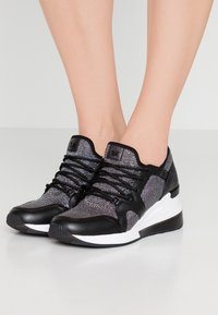MICHAEL Michael Kors - LIV TRAINER EXTREME - Trainers - black/silver - 0