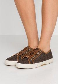MICHAEL Michael Kors - BOERUM - Sneakersy niskie - brown - 0