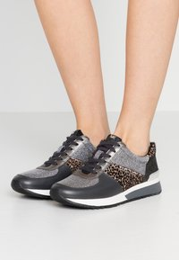 MICHAEL Michael Kors - ALLIE TRAINER - Zapatillas - black/silver - 0