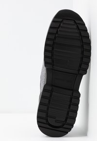 MICHAEL Michael Kors - COSMO TRAINER - Sneakers - black/silver - 6