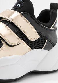 MICHAEL Michael Kors - KEELEY TRAINER - Sneaker low - black/palegold - 2