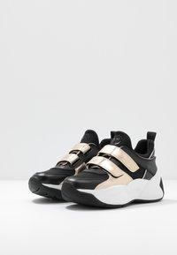 MICHAEL Michael Kors - KEELEY TRAINER - Sneaker low - black/palegold - 4