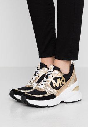 MICKEY TRAINER - Sneakers - black/palegold