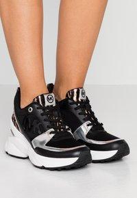 MICHAEL Michael Kors - MICKEY TRAINER - Sneakersy niskie - black/gun - 0