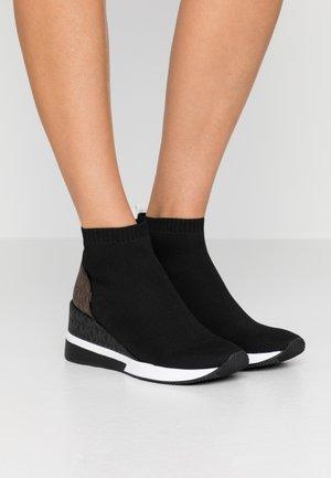 SKYLER - Kotníková obuv - black/multicolor