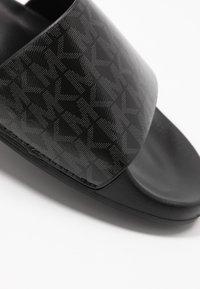 MICHAEL Michael Kors - GILMORE SLIDE - Pantofle - black - 2