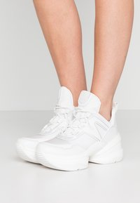 MICHAEL Michael Kors - OLYMPIA TRAINER - Sneakersy niskie - optic white - 0