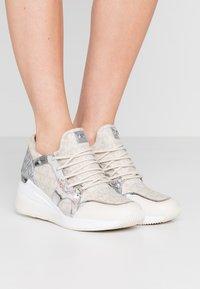 MICHAEL Michael Kors - LIV TRAINER - Sneakers laag - natural - 0
