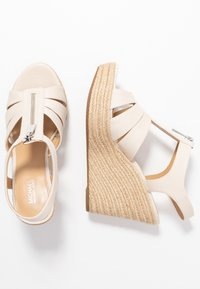MICHAEL Michael Kors - BERKLEY WEDGE - Sandaletter - light cream