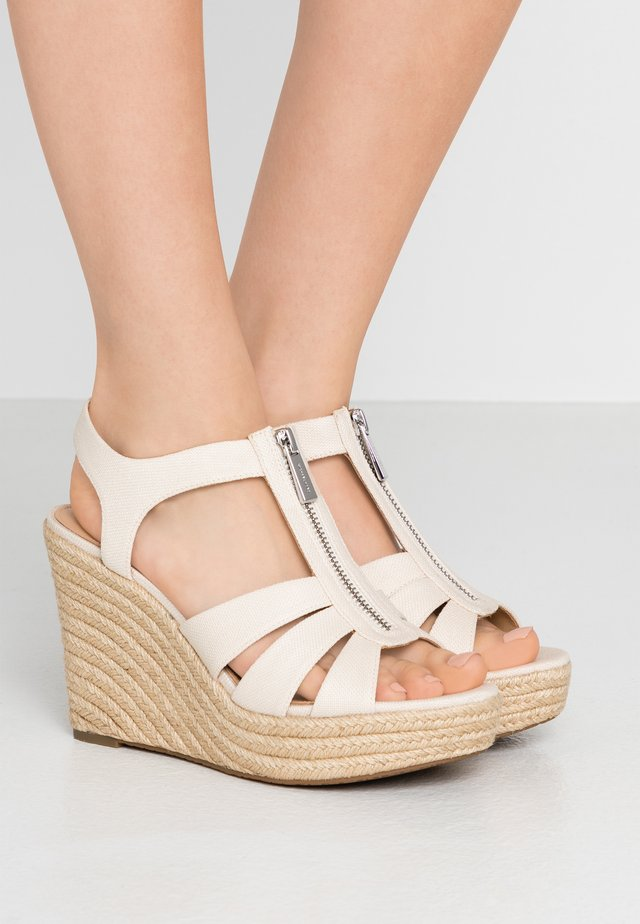 BERKLEY WEDGE - Sandaler med høye hæler - light cream