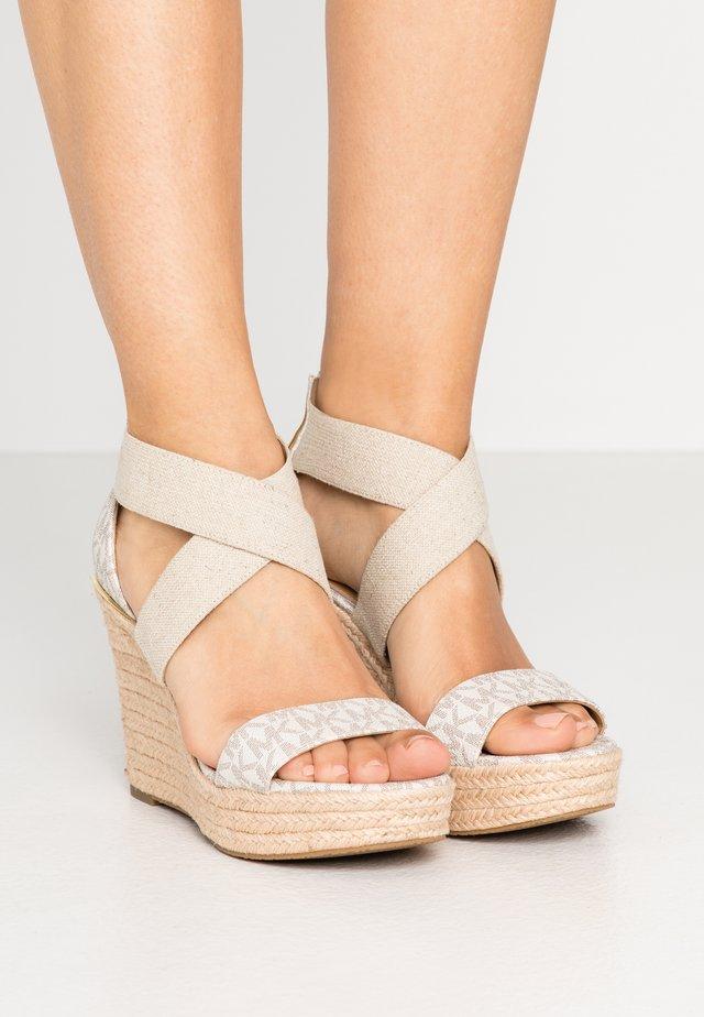 PRUE WEDGE - Korolliset sandaalit - vanilla