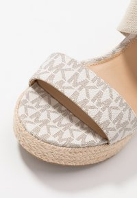 MICHAEL Michael Kors - PRUE WEDGE - Sandaletter - vanilla - 2