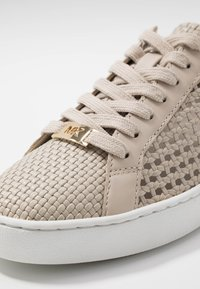 MICHAEL Michael Kors - OLIVIA LACE UP - Sneakersy niskie - light sand - 2