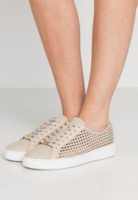 MICHAEL Michael Kors - OLIVIA LACE UP - Sneakersy niskie - light sand - 0