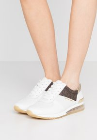 MICHAEL Michael Kors - ALLIE TRAINER EXTREME - Sneakers laag - bright white/metallic - 0