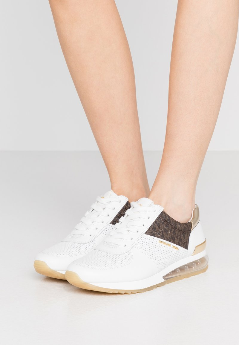 MICHAEL Michael Kors - ALLIE TRAINER EXTREME - Sneakers laag - bright white/metallic