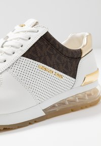 MICHAEL Michael Kors - ALLIE TRAINER EXTREME - Sneakers laag - bright white/metallic - 2