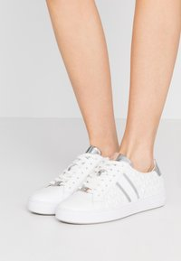 MICHAEL Michael Kors - IRVING STRIPE LACE UP - Zapatillas - bright white - 0