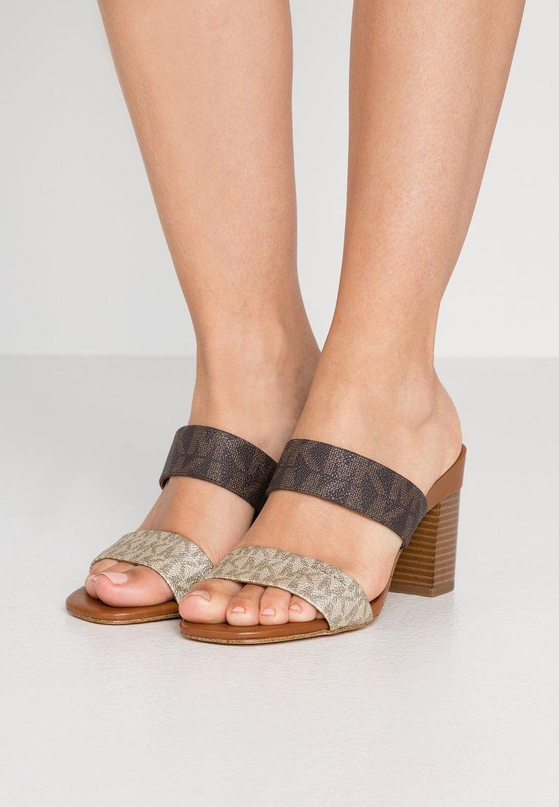 MICHAEL Michael Kors - GLENDA SLIDE - Pantofle na podpatku - pale gold