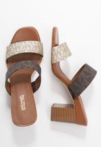 MICHAEL Michael Kors - GLENDA SLIDE - Pantofle na podpatku - pale gold - 3