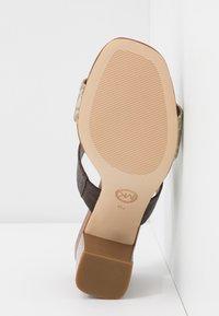 MICHAEL Michael Kors - GLENDA SLIDE - Pantofle na podpatku - pale gold - 6