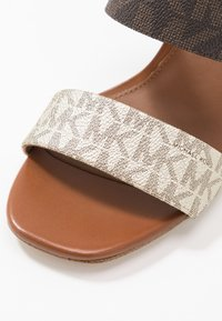 MICHAEL Michael Kors - GLENDA SLIDE - Pantofle na podpatku - pale gold - 2