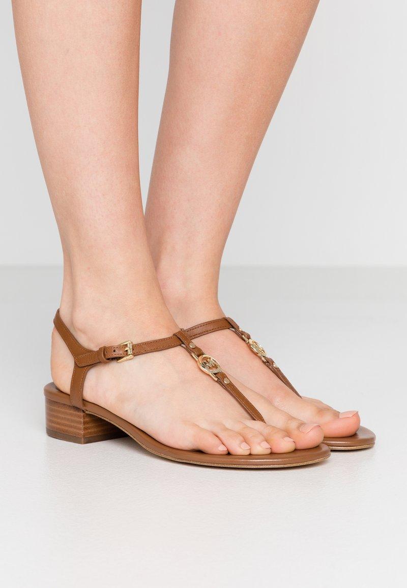 MICHAEL Michael Kors - CAYLA MID - Sandalias de dedo - luggage