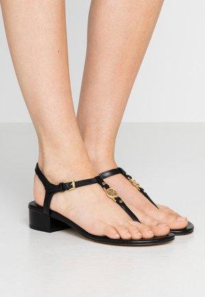 CAYLA MID - Sandály s odděleným palcem - black