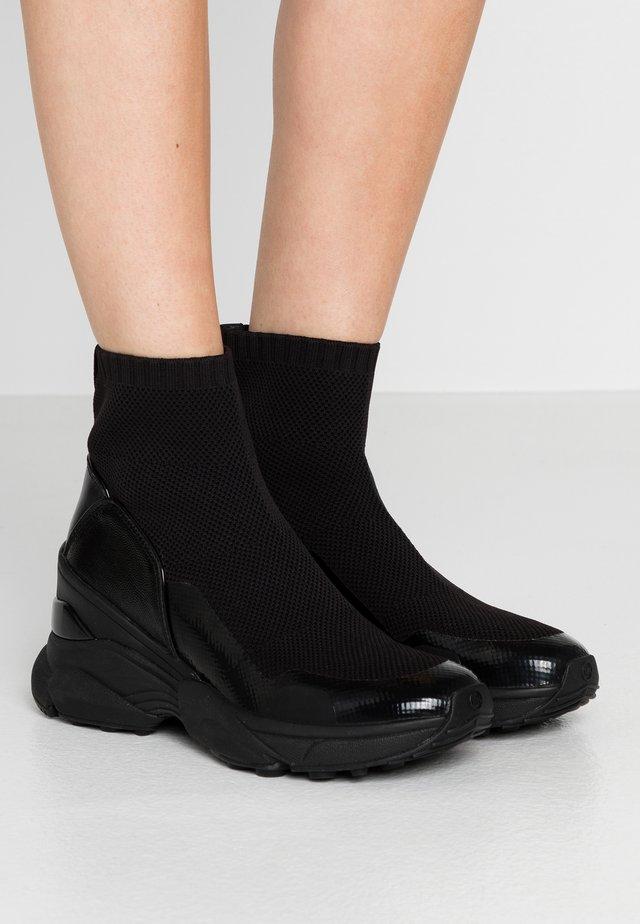 Korkeavartiset tennarit - black