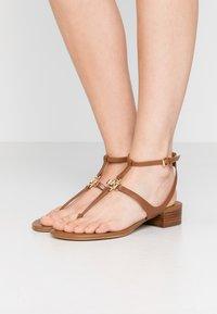 MICHAEL Michael Kors - LITA THONG - Sandály s odděleným palcem - luggage - 0