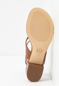 MICHAEL Michael Kors - LITA THONG - Sandály s odděleným palcem - luggage - 6