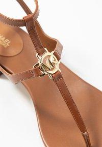 MICHAEL Michael Kors - LITA THONG - Sandály s odděleným palcem - luggage - 2