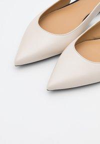 MICHAEL Michael Kors - CERSEI FLEX FLAT - Ballerina's - light cream - 6