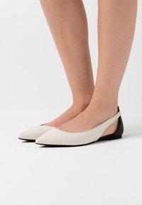 MICHAEL Michael Kors - CERSEI FLEX FLAT - Ballerina's - light cream - 0