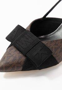 MICHAEL Michael Kors - AMES CLOSED TOE - Escarpins - brown/black - 2