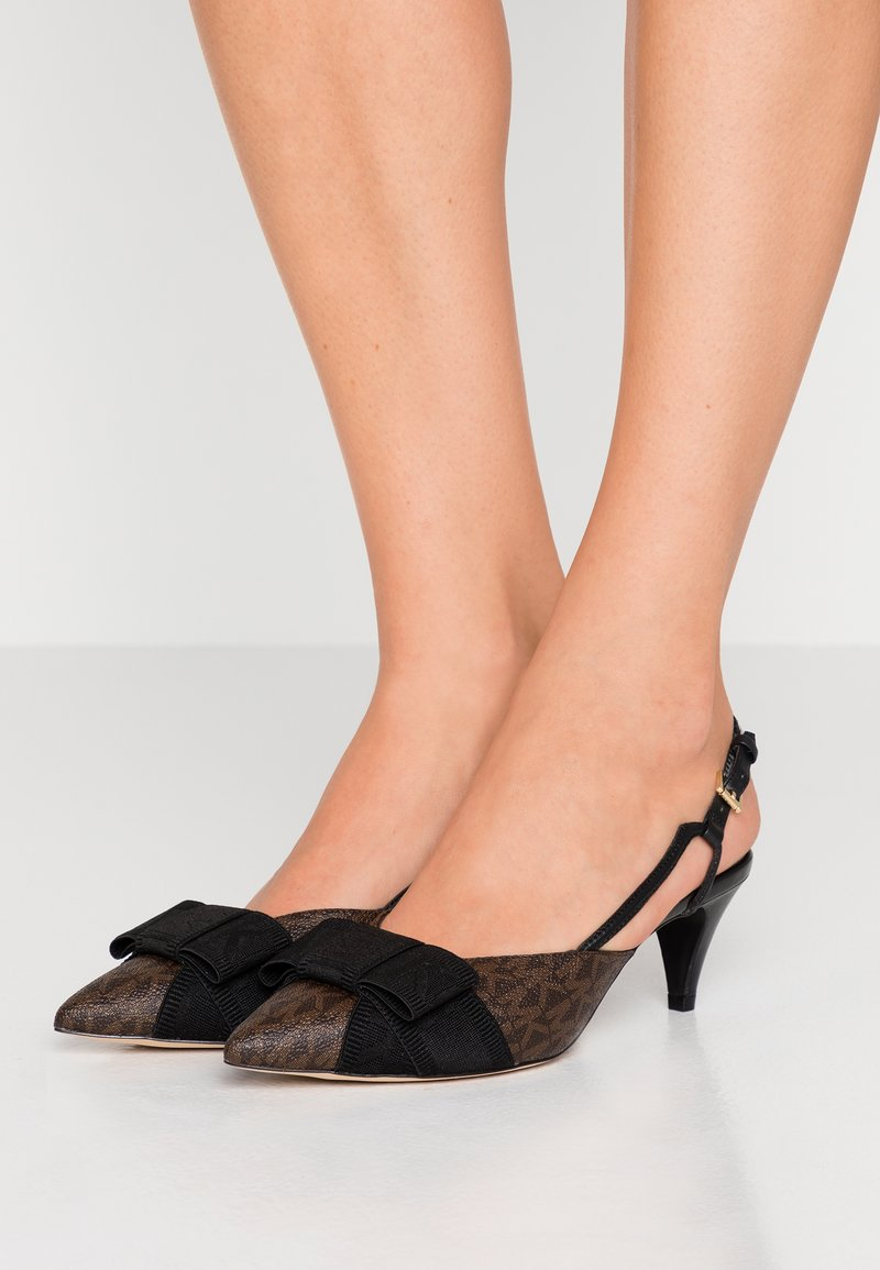 MICHAEL Michael Kors - AMES CLOSED TOE - Klassiske pumps - brown/black